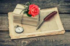 情书和桃红色玫瑰花 葡萄酒定了调子图片 图库摄影