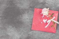 情书在绳索和一朵花垂悬在黑暗的背景 库存图片