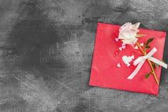 情书在绳索和一朵花垂悬在黑暗的背景 库存照片