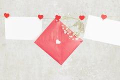 情书在绳索和一朵花垂悬在轻的背景 免版税图库摄影