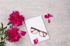 情书的笔记本与在灰色背景的花 库存照片