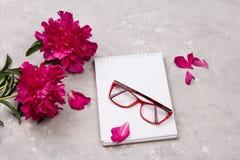 情书的笔记本与在灰色背景的花 图库摄影
