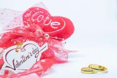 情人节、心脏卡片爱和圆环在白色背景 库存图片