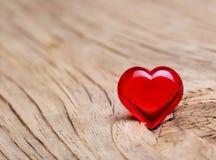 情人节。在木背景的红色心脏。宏指令 图库摄影