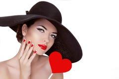 情人节。有心脏的美丽的妇女在她手佩带 免版税库存照片