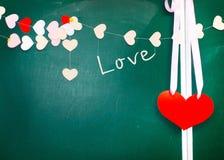 情人节。糊墙纸的心脏在黑板背景 免版税库存图片