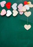 情人节。糊墙纸的心脏在黑板背景 库存图片