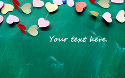 情人节。糊墙纸的心脏在黑板背景 免版税库存照片