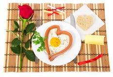情人节。以心脏的形式香肠 免版税库存图片
