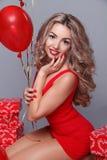 情人节。 有红色重点的美丽的愉快的妇女迅速增加o 图库摄影