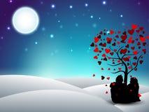 情人节与坐的夫妇剪影的冬天背景 免版税库存图片