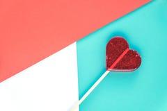 情人节与心脏棒棒糖的贺卡在背景 浅选择聚焦 Copyspace 顶视图 平面 免版税库存照片