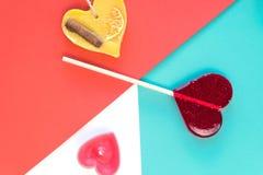 情人节与心脏棒棒糖,在背景的蜡烛的贺卡 浅选择聚焦 Copyspace 顶层 库存照片