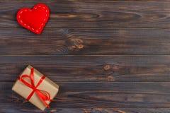 情人节与心脏的葡萄酒背景和在木表上的一个礼物盒 库存照片