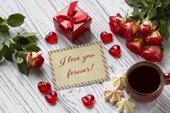 情人节与玫瑰红色礼物盒和字法的贺卡 图库摄影
