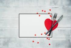 情人节与红色丝带的饭桌设置 免版税图库摄影