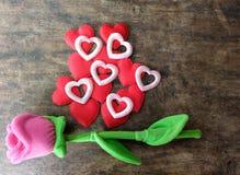 情人节与红色心脏的桃红色玫瑰在木背景, lo 库存图片