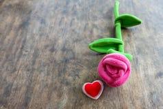 情人节与红色心脏的桃红色玫瑰在木背景, lo 免版税图库摄影