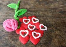 情人节与红色心脏的桃红色玫瑰在木背景, lo 图库摄影