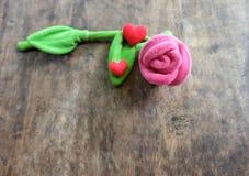 情人节与红色心脏的桃红色玫瑰在木背景, lo 免版税库存照片