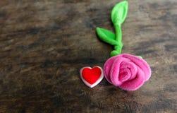 情人节与红色心脏的桃红色玫瑰在木背景, lo 免版税库存图片