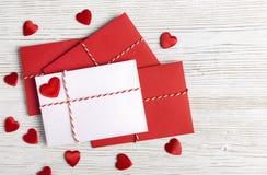 情人节信封邮件,红色心脏,华伦泰s情书 免版税库存照片