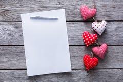 情人节信件背景,在木头,拷贝空间的心脏束 免版税库存照片