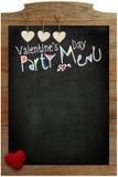 情人节党菜单,垂悬在木纹理bac的心脏 免版税图库摄影