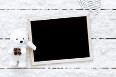 情人节卡片、雪花、心脏、玩具熊和黑板在白色木背景,顶视图,拷贝空间 图库摄影