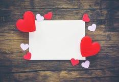 情人节卡片浪漫在充满红心爱的木/信封爱邮件华伦泰封缄信片 免版税库存照片