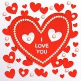 情人节卡片,在轻的背景的红色纸心脏与珍珠 免版税库存图片