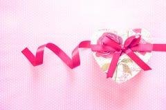 情人节和心形的礼物盒 背景上色节假日红色黄色 库存图片