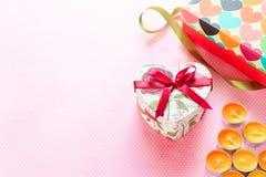 情人节和心形的礼物盒 背景上色节假日红色黄色 免版税库存照片