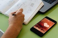 情人节在智能手机屏幕上的销售背景 库存照片