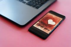 情人节在智能手机屏幕上的销售背景 免版税库存图片