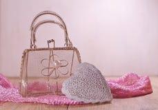 情人节在桃红色树荫-在滤网袋子的心脏下 免版税库存照片