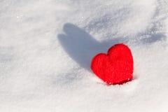情人节在雪的爱心脏与阴影 免版税库存图片