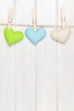 情人节垂悬在绳索的玩具心脏 免版税库存图片