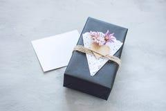 情人节大模型 工艺有空的白色卡片的礼物盒 有心脏的,鞋带餐巾,在灰色的黄麻绳索黑纸当前箱子 免版税库存照片