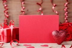 情人节大模型 红色心脏、纸牌和礼物在木桌上 图库摄影