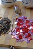情人节心形的束和绿茶 免版税图库摄影