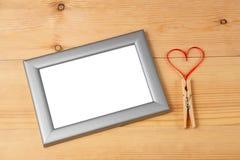 情人节心形的红色丝带和空白的照片框架 免版税库存图片
