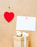 情人节心脏、礼物盒和白色空的卡片在木b 库存照片