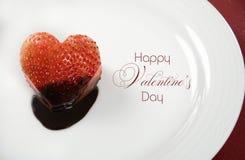 情人节心脏形状红色草莓在黑暗的巧克力浸洗了 免版税库存照片