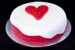情人节心脏装饰的蛋糕 免版税库存图片