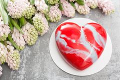 情人节或生日贺卡 以红色心脏的形式蛋糕 桃红色风信花和点心在木的葡萄酒 免版税图库摄影