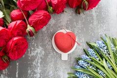情人节或生日贺卡 以红色心脏的形式蛋糕 英国兰开斯特家族族徽和点心在葡萄酒木桌上 免版税库存图片