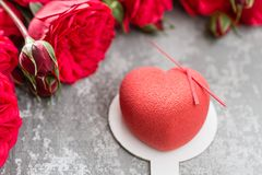 情人节或生日贺卡 以红色心脏的形式蛋糕 英国兰开斯特家族族徽和点心在葡萄酒木桌上 免版税图库摄影