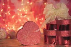 情人节提出心脏箱子爱红色闪烁 免版税库存照片