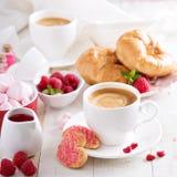 情人节早餐用新月形面包 免版税库存图片